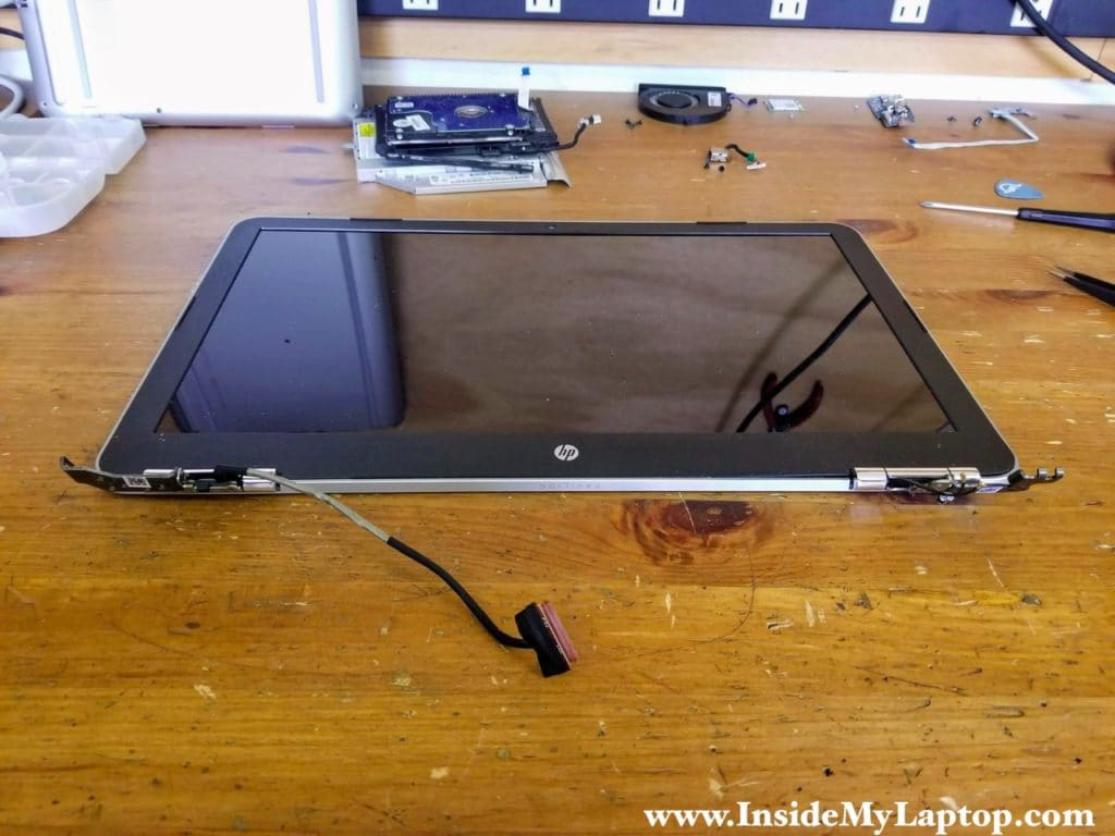 The LCD screen can be removed when the display panel is still attached to the notebook base.